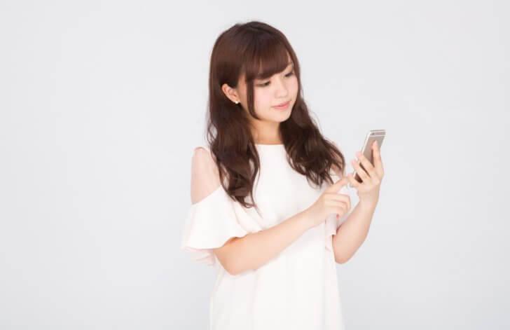 スマートフォンアプリを使うキラキラ女子 [モデル:河村友歌]