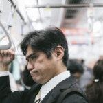 電車内の迷惑行為を見て思わずイラッとくる中年の男性 [モデル:よたか]
