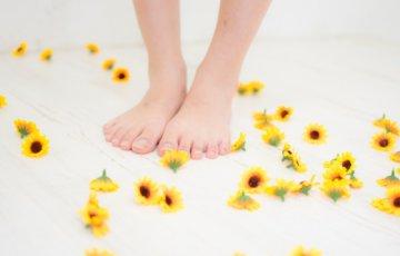 床に散らばる小さいひまわりのブローチと足元