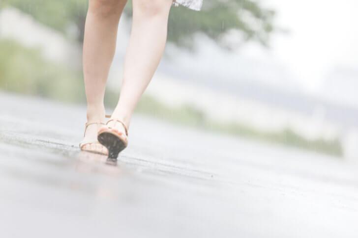 雨の日と女性の足元 [モデル:佐竹パイナップル]